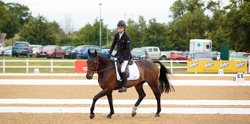 lady-riding-horse
